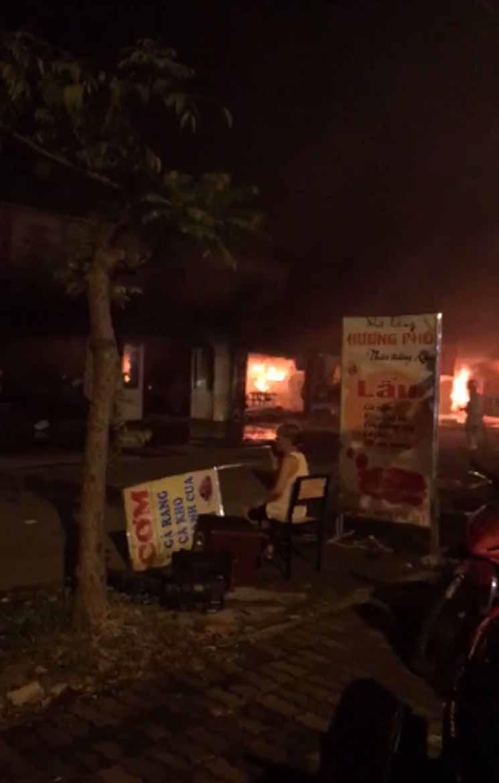 Hiện trường khói lửa cháy khủng khiếp loạt ki ốt ở Lai Xá, Hoài Đức Ảnh 7