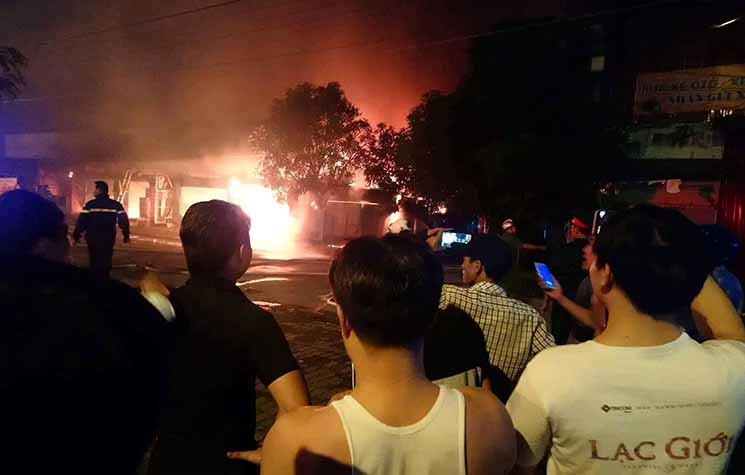 Hiện trường khói lửa cháy khủng khiếp loạt ki ốt ở Lai Xá, Hoài Đức Ảnh 5