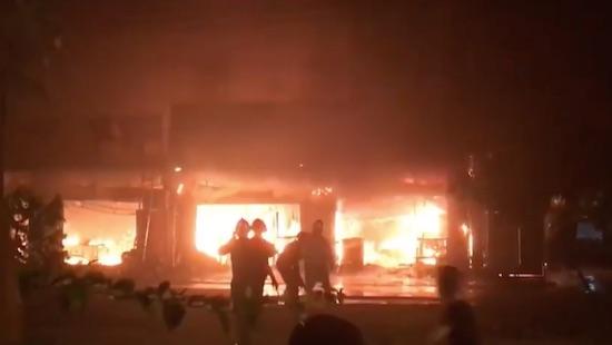 Hà Nội: Cháy lớn thiêu rụi dãy nhà, người dân hốt hoảng bỏ chạy Ảnh 2