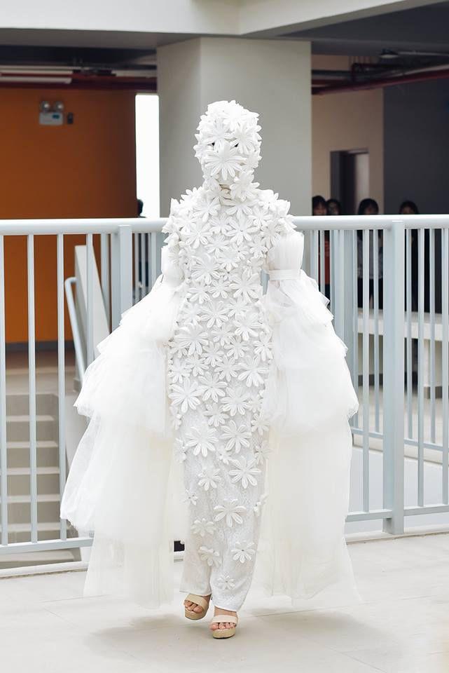 Khi sinh viên ĐH Văn Lang khoe tài thiết kế thời trang, người xem cứ nghĩ đang dự show diễn nghệ thuật 'chất phát ngất' Ảnh 10