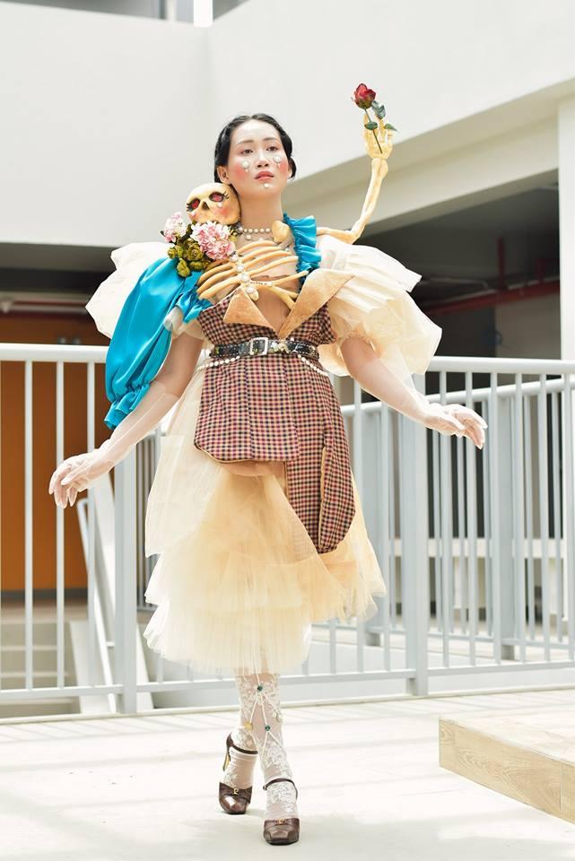 Khi sinh viên ĐH Văn Lang khoe tài thiết kế thời trang, người xem cứ nghĩ đang dự show diễn nghệ thuật 'chất phát ngất' Ảnh 7
