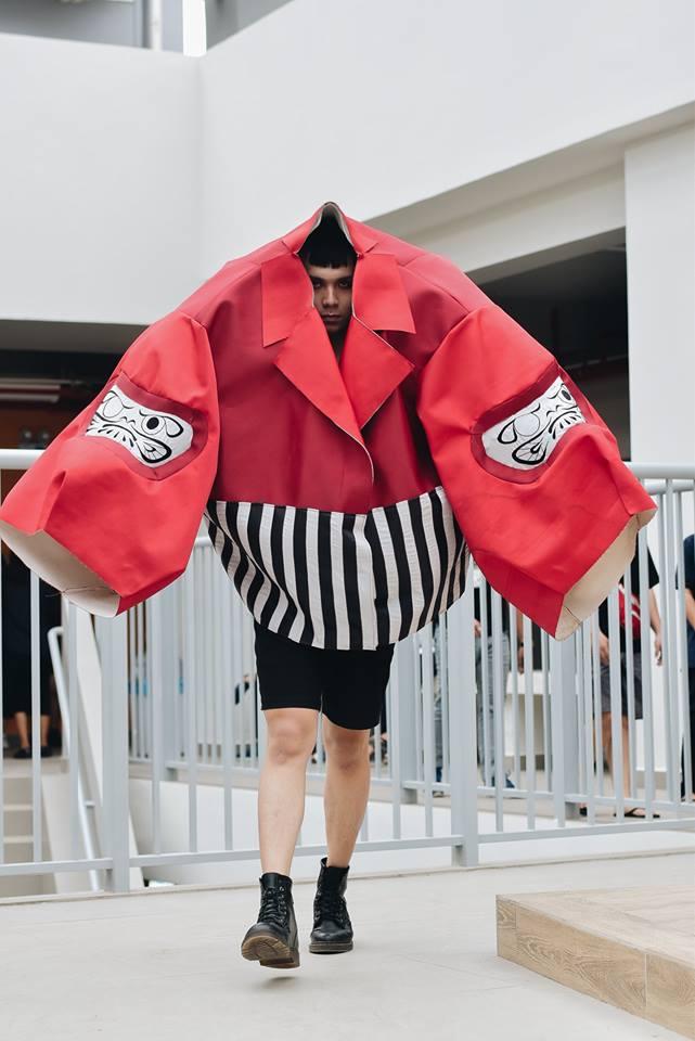 Khi sinh viên ĐH Văn Lang khoe tài thiết kế thời trang, người xem cứ nghĩ đang dự show diễn nghệ thuật 'chất phát ngất' Ảnh 9