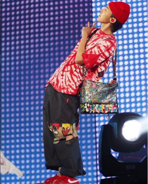 Chết cười với ảnh đi dự sự kiện và ngoài đời thật của G-Dragon do chính fan 'bóc mẽ' Ảnh 14
