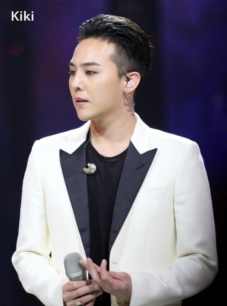 Chết cười với ảnh đi dự sự kiện và ngoài đời thật của G-Dragon do chính fan 'bóc mẽ' Ảnh 8