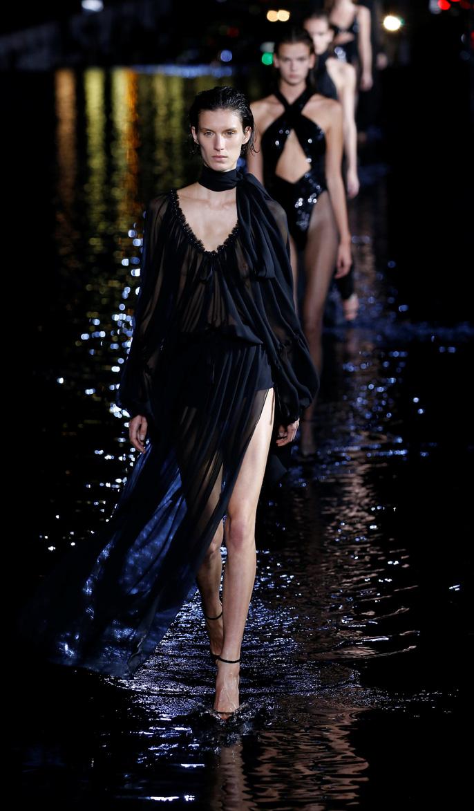 Dàn người mẫu 'lướt trên nước' dưới chân tháp Eiffel Ảnh 13