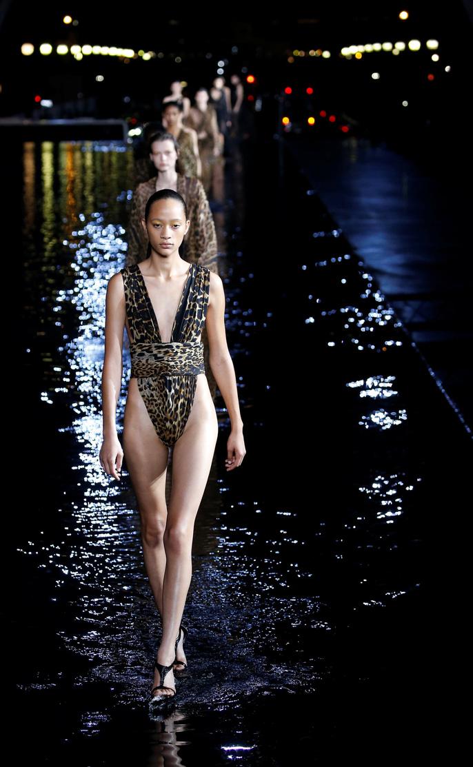 Dàn người mẫu 'lướt trên nước' dưới chân tháp Eiffel Ảnh 14