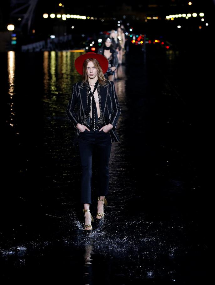 Dàn người mẫu 'lướt trên nước' dưới chân tháp Eiffel Ảnh 6