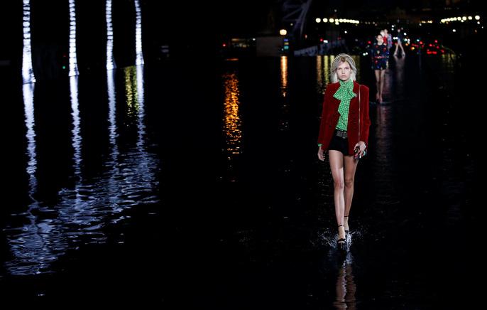 Dàn người mẫu 'lướt trên nước' dưới chân tháp Eiffel Ảnh 2