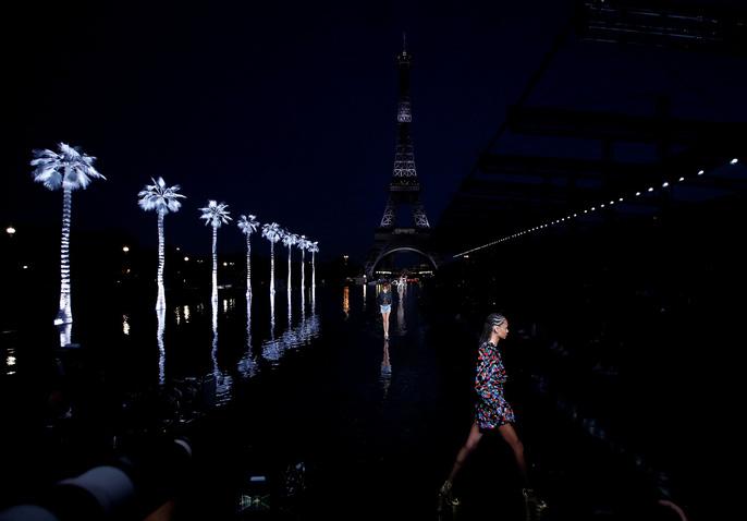 Dàn người mẫu 'lướt trên nước' dưới chân tháp Eiffel Ảnh 1