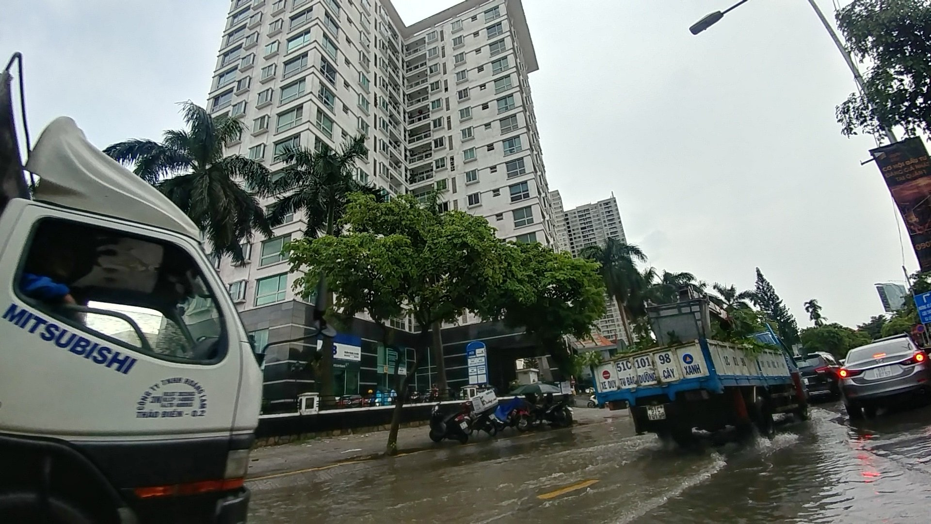 Khu nhà giàu Sài Gòn ngập 'te tua', dân rùng mình lội nước bẩn Ảnh 4