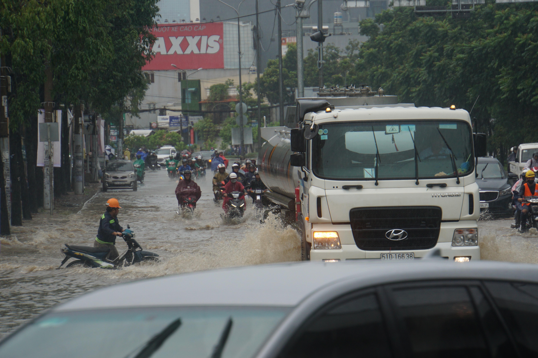 Khu nhà giàu Sài Gòn ngập 'te tua', dân rùng mình lội nước bẩn Ảnh 3