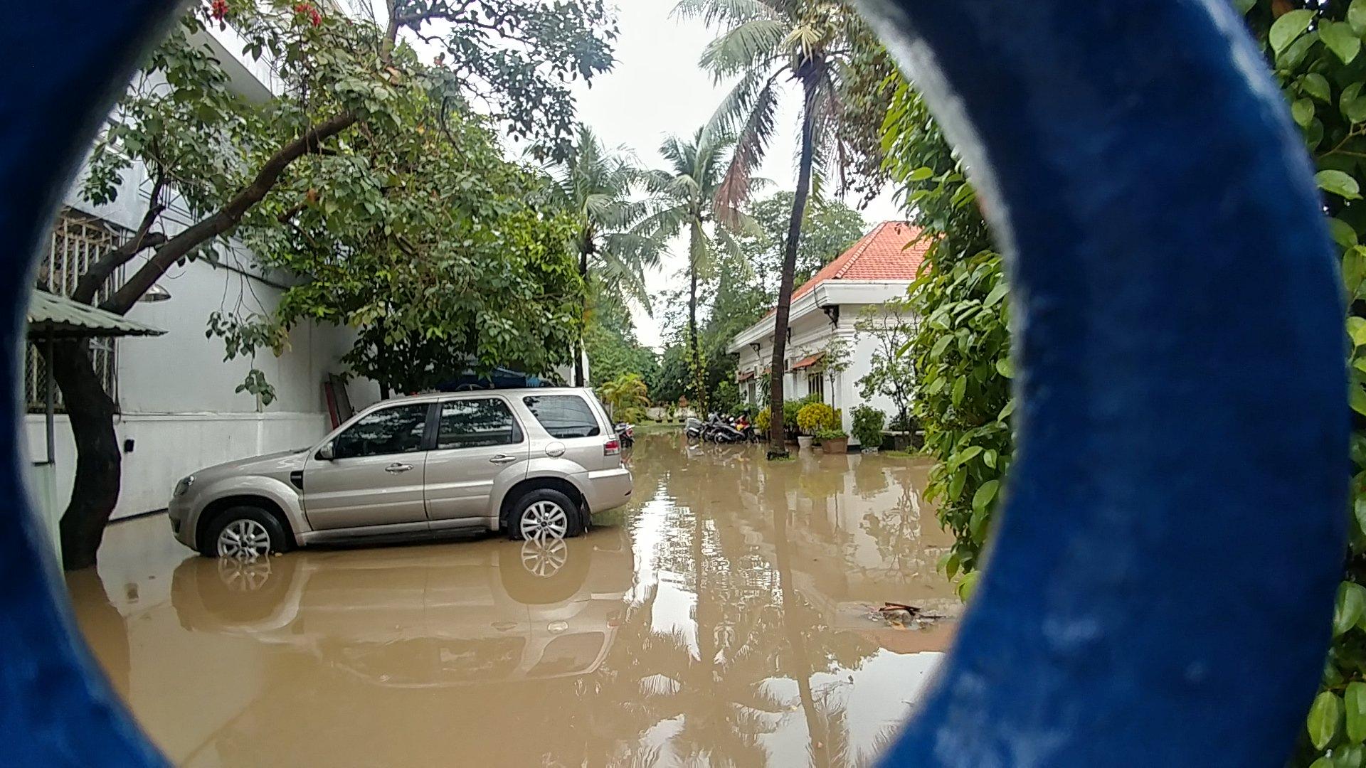 Khu nhà giàu Sài Gòn ngập 'te tua', dân rùng mình lội nước bẩn Ảnh 9