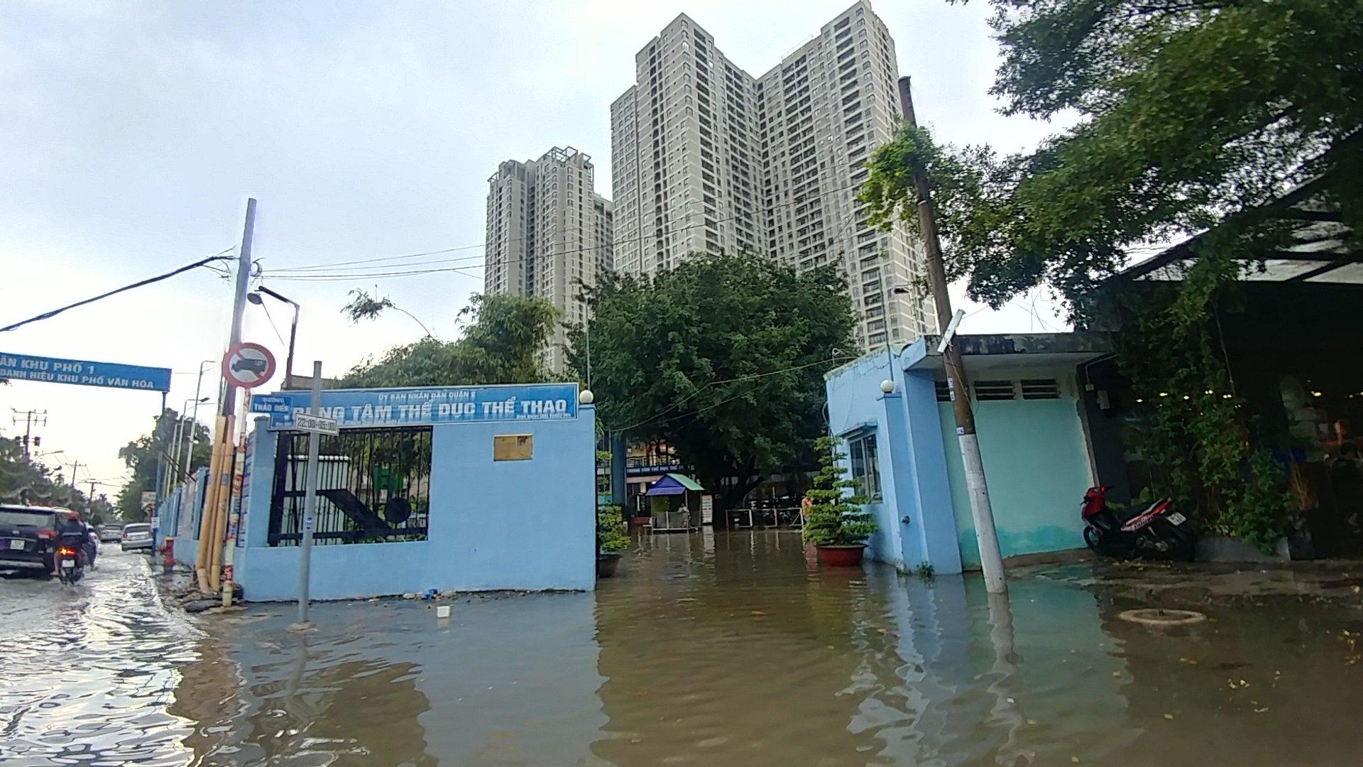 Khu nhà giàu Sài Gòn ngập 'te tua', dân rùng mình lội nước bẩn Ảnh 7
