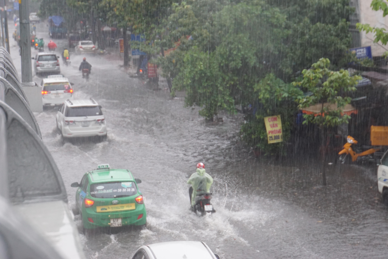 Khu nhà giàu Sài Gòn ngập 'te tua', dân rùng mình lội nước bẩn Ảnh 1