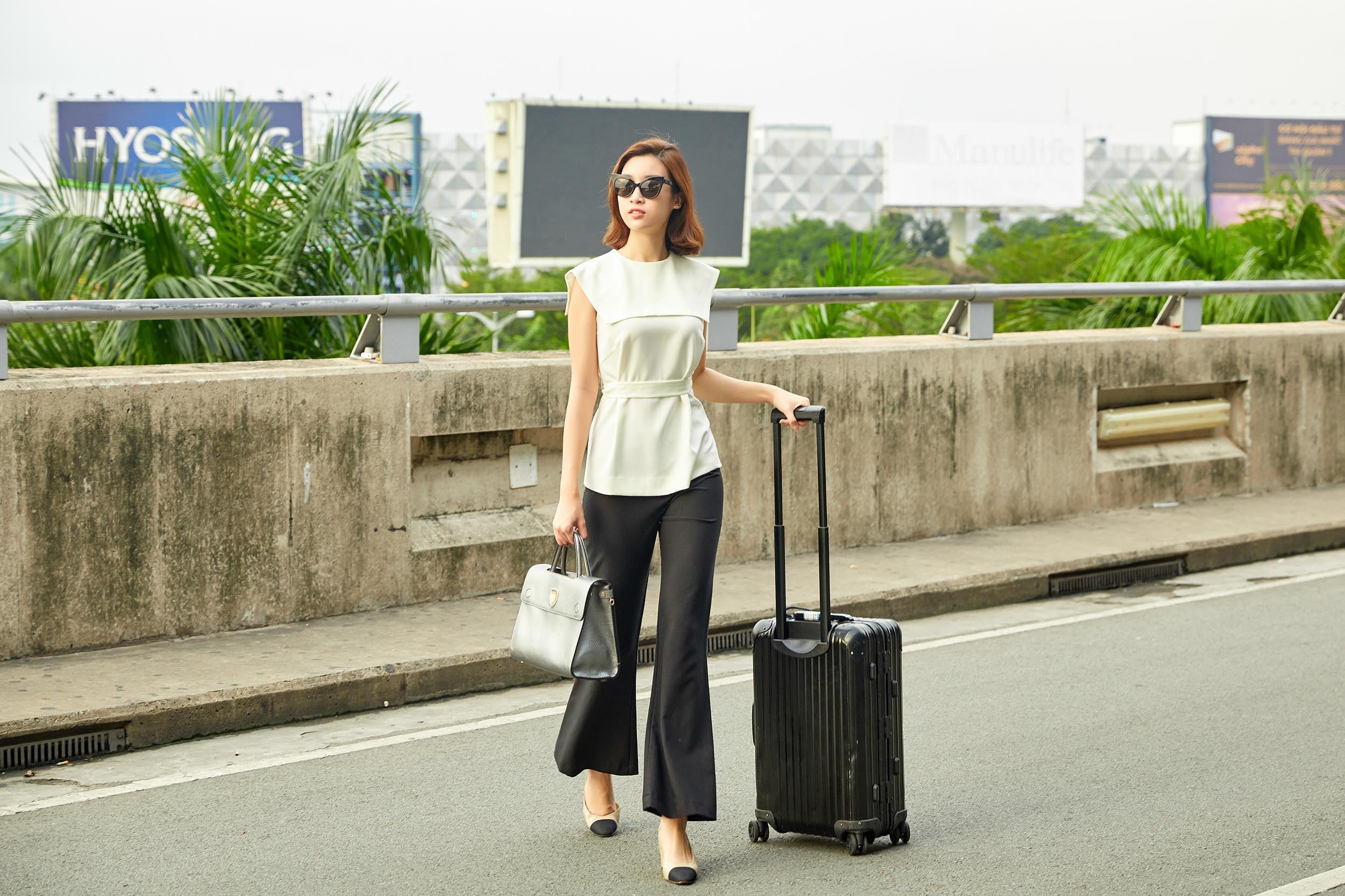 Hoa hậu Đỗ Mỹ Linh và Phương Ly đọ mặt mộc xinh đẹp tại sân bay Ảnh 1