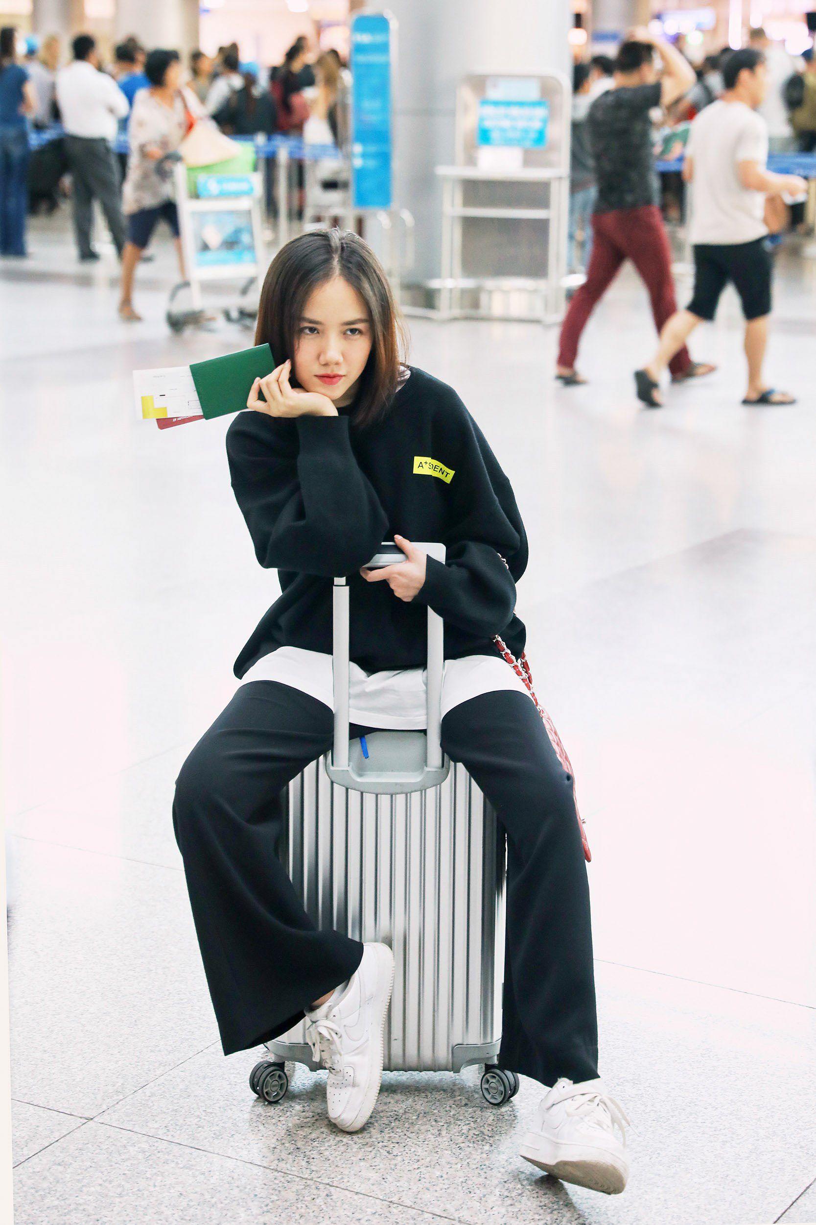 Hoa hậu Đỗ Mỹ Linh và Phương Ly đọ mặt mộc xinh đẹp tại sân bay Ảnh 13