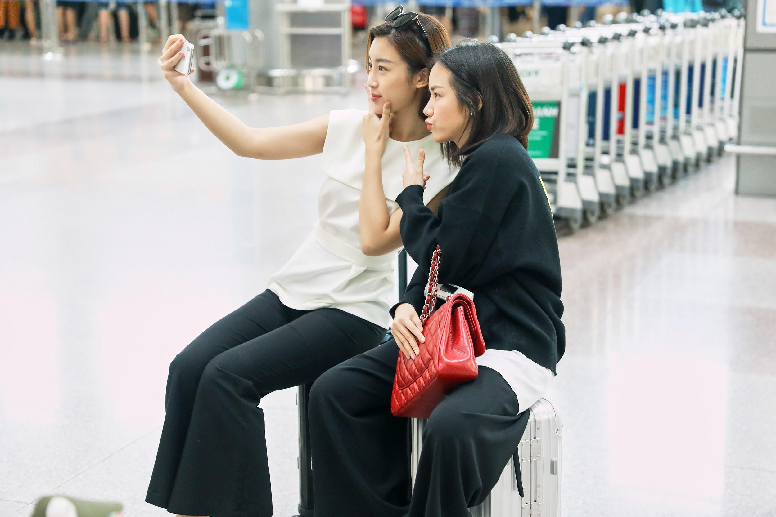 Hoa hậu Đỗ Mỹ Linh và Phương Ly đọ mặt mộc xinh đẹp tại sân bay Ảnh 17