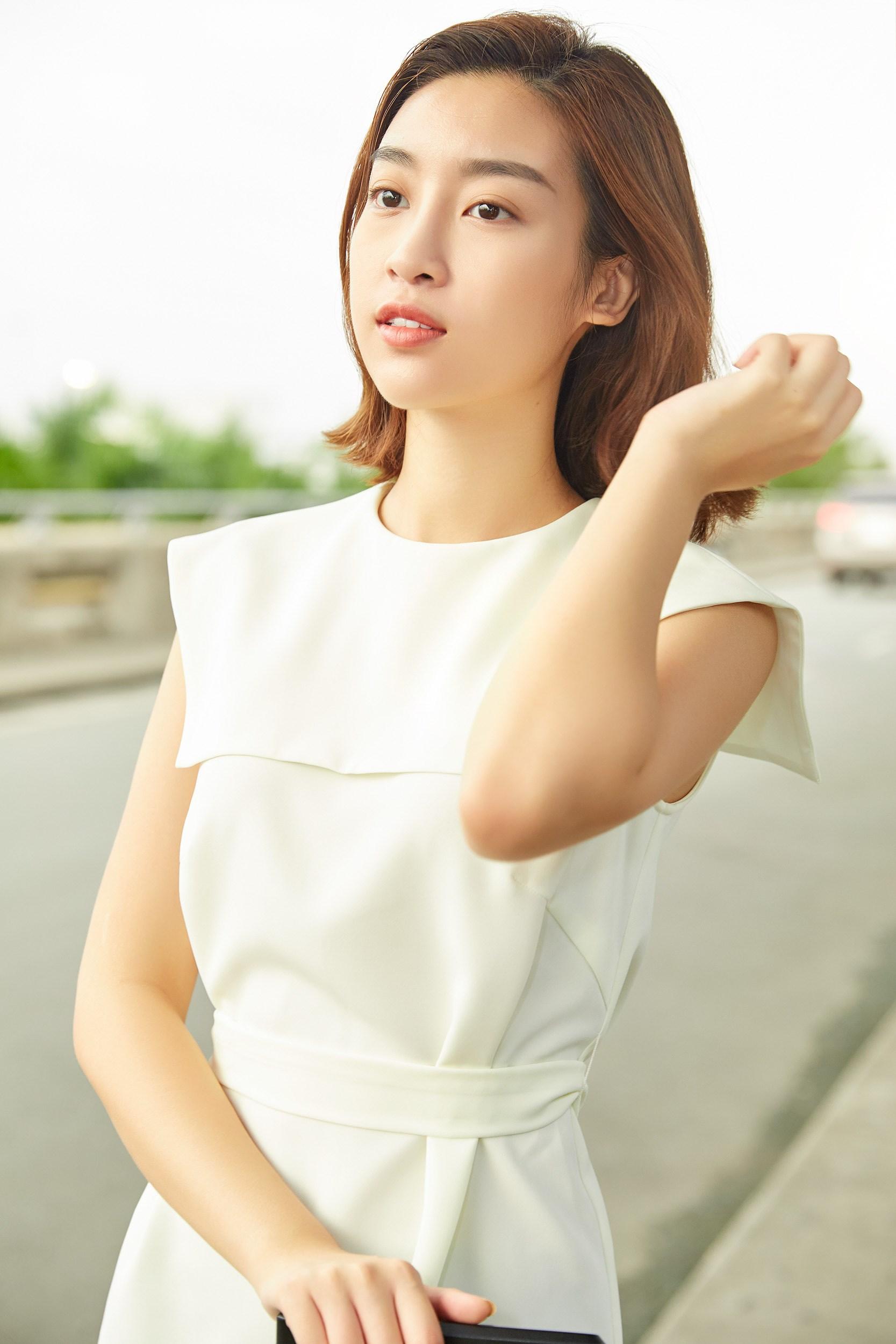 Hoa hậu Đỗ Mỹ Linh và Phương Ly đọ mặt mộc xinh đẹp tại sân bay Ảnh 5
