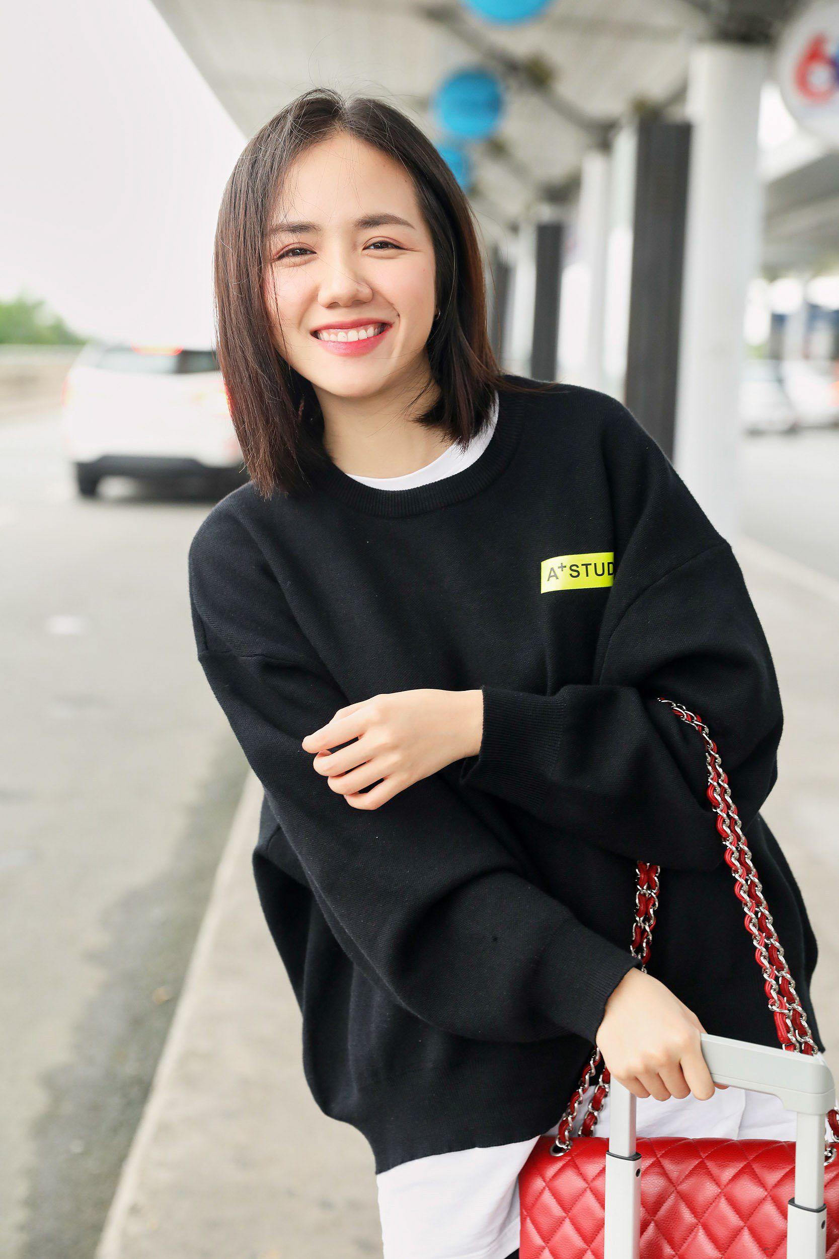 Hoa hậu Đỗ Mỹ Linh và Phương Ly đọ mặt mộc xinh đẹp tại sân bay Ảnh 10