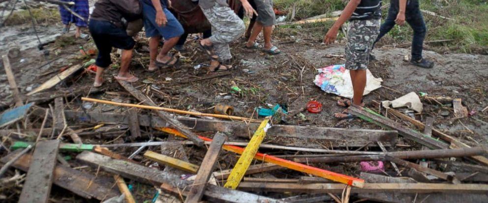 Thi thể nạn nhân sóng thần Indonesia ngổn ngang trên đường Ảnh 1