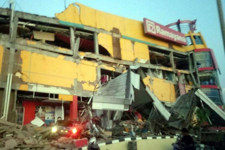 Thi thể nạn nhân sóng thần Indonesia ngổn ngang trên đường Ảnh 8