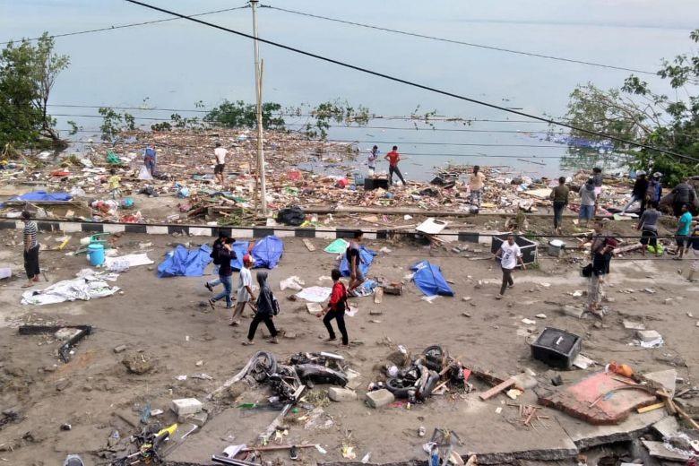 Thi thể nạn nhân sóng thần Indonesia ngổn ngang trên đường Ảnh 3