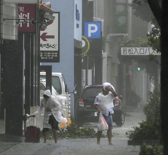 Chưa hồi phục sau bão Jebi, Nhật Bản lại hứng bão Trami Ảnh 6