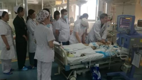 30 y bác sĩ Trung Quốc thay phiên hồi sức cho em bé 8 tuổi Ảnh 1