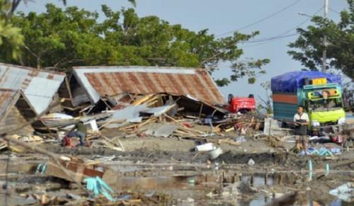 Rơi nước mắt trước khung cảnh tan hoang tại Indonesia sau trận sóng thần kinh hoàng Ảnh 6