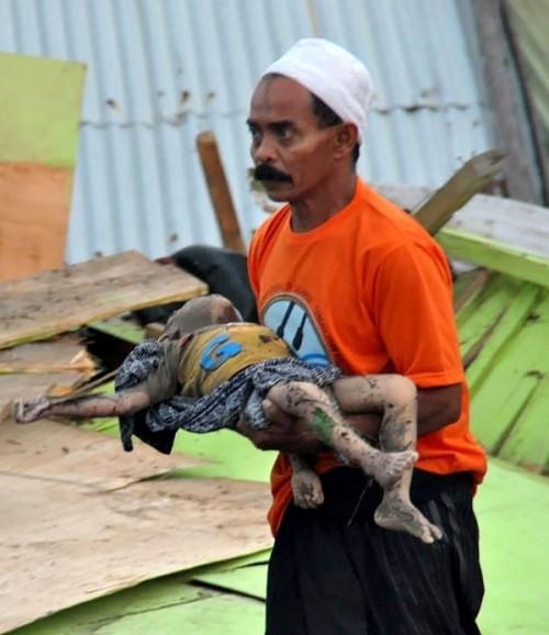 Rơi nước mắt trước khung cảnh tan hoang tại Indonesia sau trận sóng thần kinh hoàng Ảnh 8