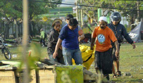 Rơi nước mắt trước khung cảnh tan hoang tại Indonesia sau trận sóng thần kinh hoàng Ảnh 11