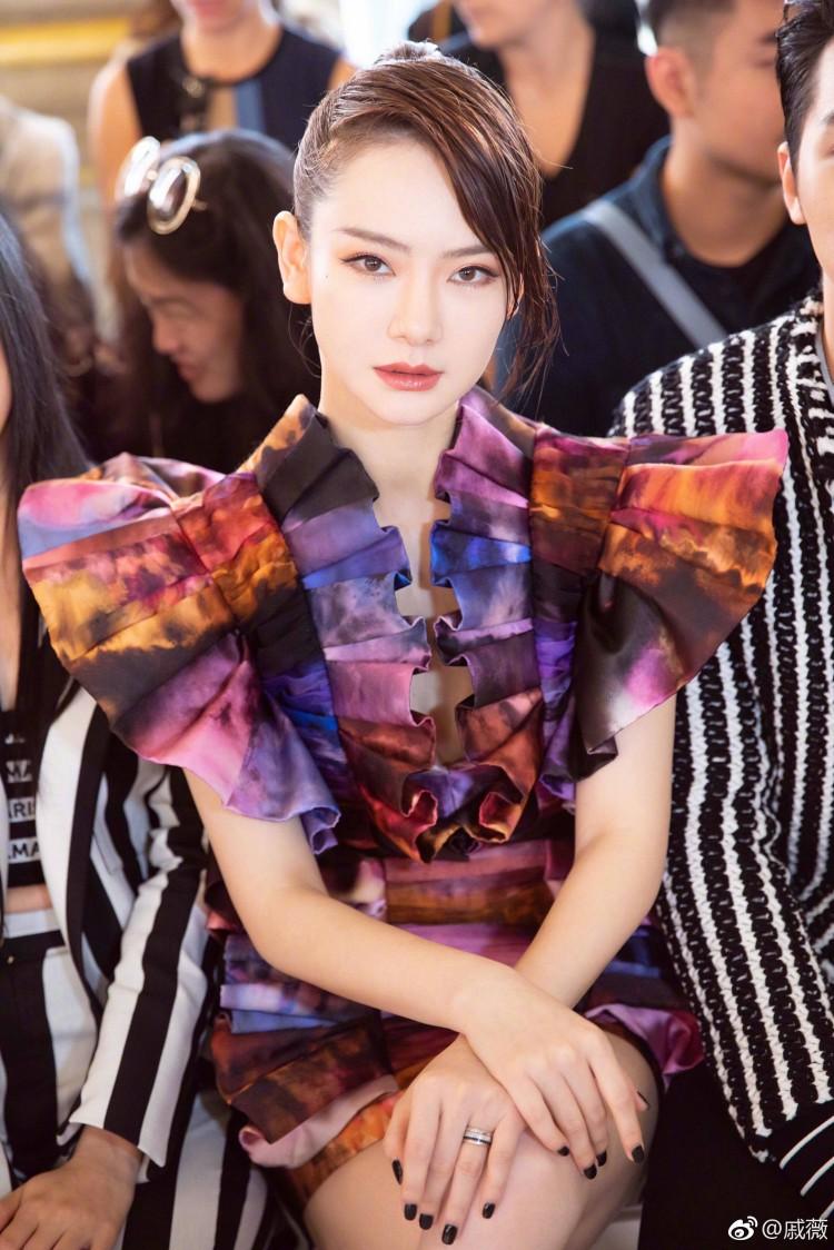 Hứa Ngụy Châu bảnh bao bên 'noona' Sandara Park, Xa Thi Mạn và Mai Davika ở 'Paris Fashion Week' ngày 4 Ảnh 29