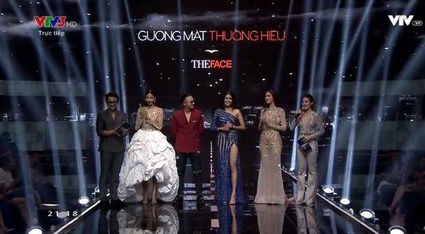 Những sao Việt bất chấp dress code ăn diện một mình một cõi lên thảm đỏ Ảnh 16