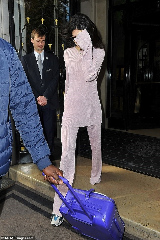 Kendall Jenner mặc 'dị', liên tục che mặt tránh cánh săn ảnh trên phố Ảnh 8