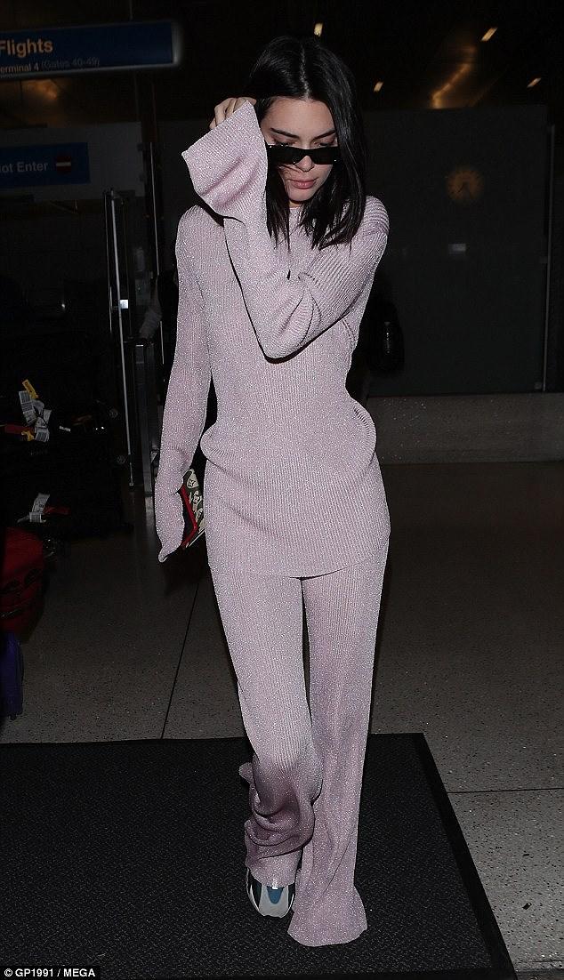 Kendall Jenner mặc 'dị', liên tục che mặt tránh cánh săn ảnh trên phố Ảnh 9
