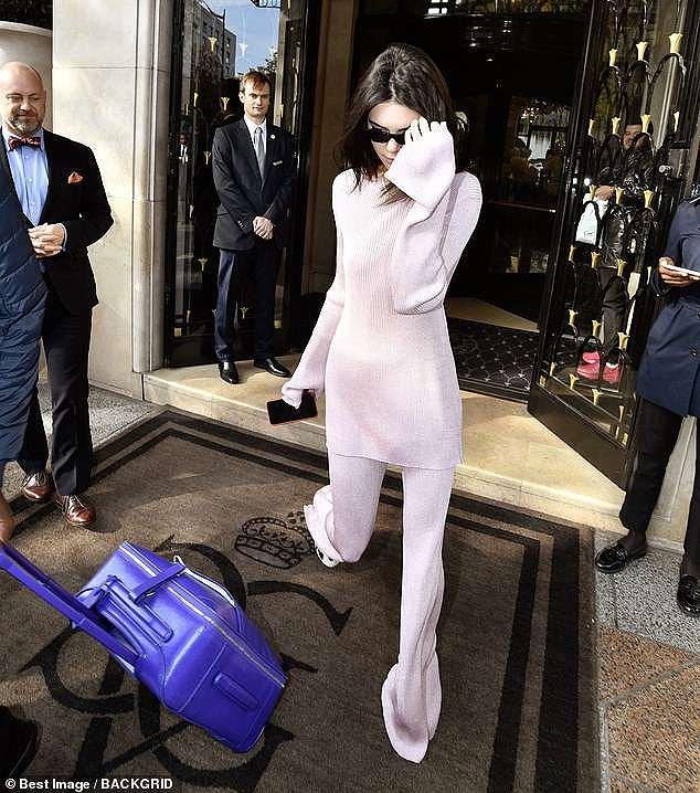Kendall Jenner mặc 'dị', liên tục che mặt tránh cánh săn ảnh trên phố Ảnh 6