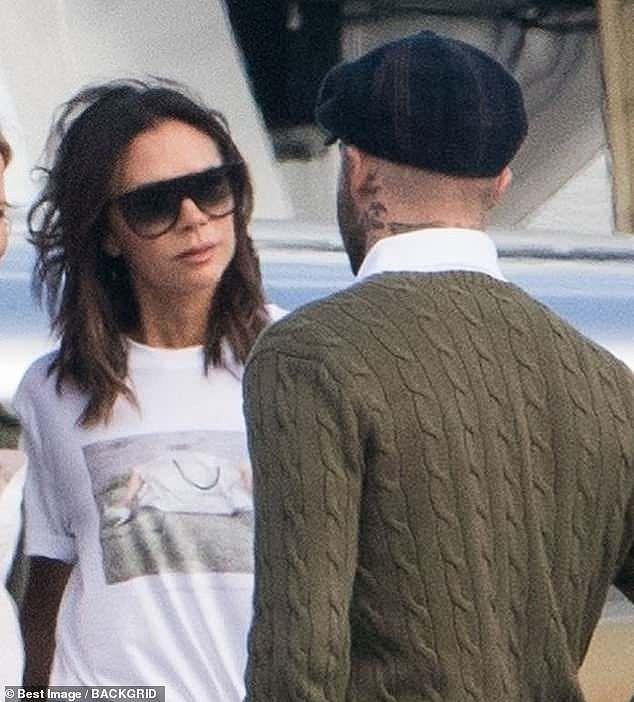 Victoria Beckham sánh đôi bên ông xã, rời Paris bằng máy bay phản lực Ảnh 2