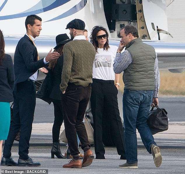 Victoria Beckham sánh đôi bên ông xã, rời Paris bằng máy bay phản lực Ảnh 7