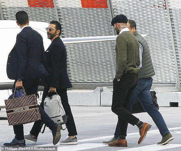 Victoria Beckham sánh đôi bên ông xã, rời Paris bằng máy bay phản lực Ảnh 5