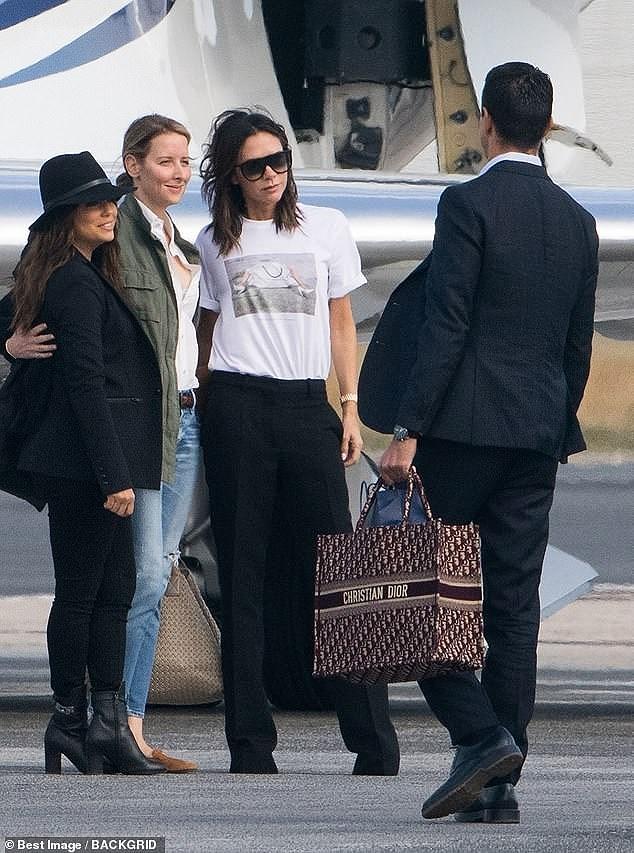 Victoria Beckham sánh đôi bên ông xã, rời Paris bằng máy bay phản lực Ảnh 4