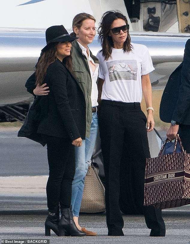 Victoria Beckham sánh đôi bên ông xã, rời Paris bằng máy bay phản lực Ảnh 1