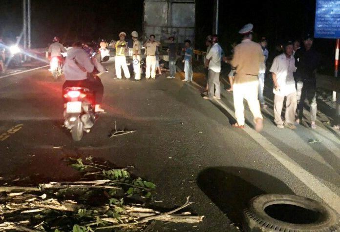 9X tử vong sau khi tông xe máy vào đuôi ôtô tải Ảnh 1