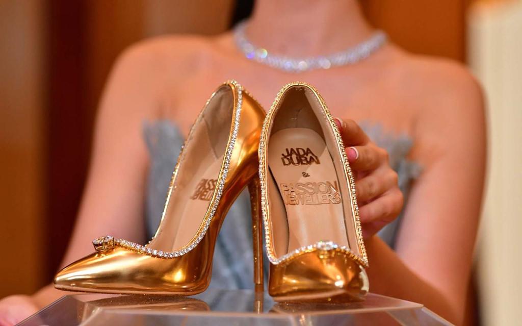 Đôi giày cao gót nạm gần 240 viên kim cương khiến mọi cô gái 'phát thèm' Ảnh 1