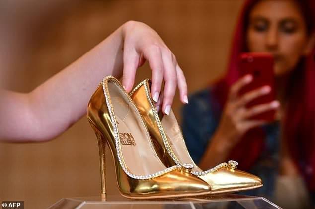 Đôi giày cao gót nạm gần 240 viên kim cương khiến mọi cô gái 'phát thèm' Ảnh 6