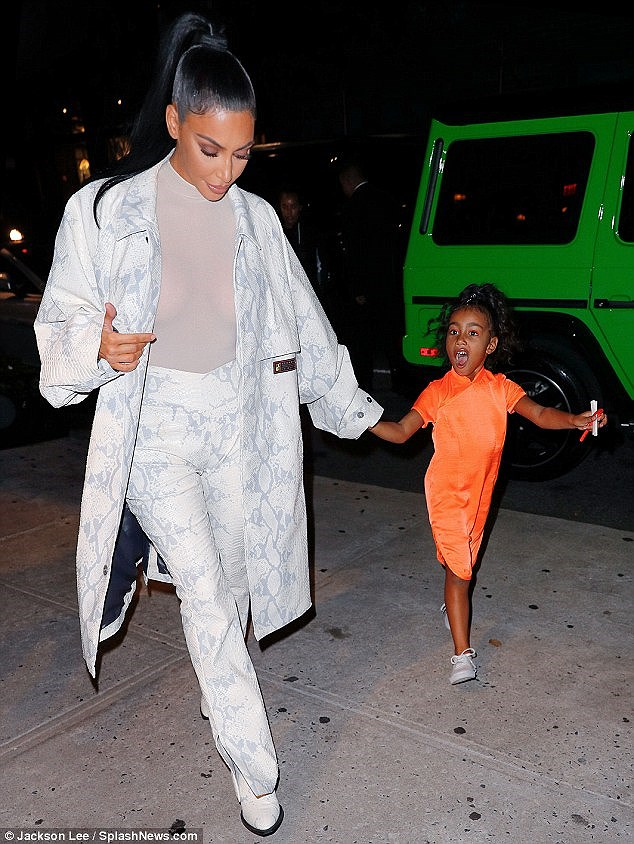 Kim Kardashian diện set đồ hồng sành điệu, vui vẻ dẫn các con đi dạo phố Ảnh 11