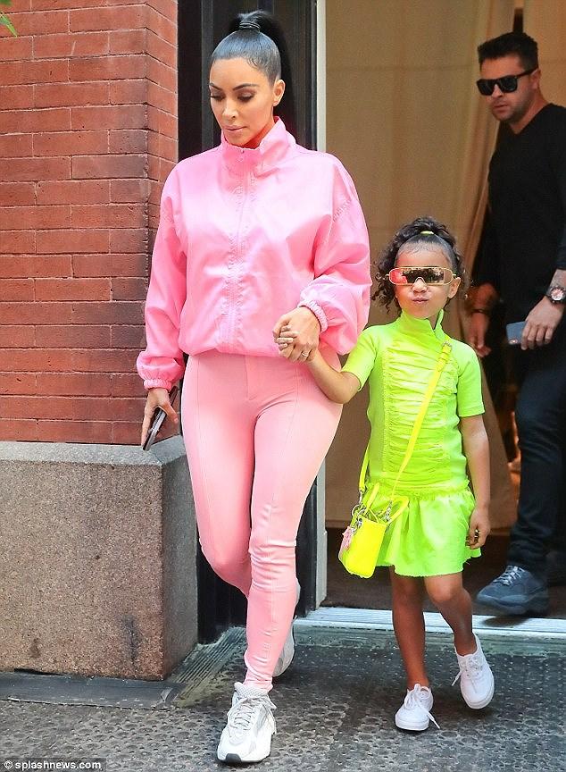 Kim Kardashian diện set đồ hồng sành điệu, vui vẻ dẫn các con đi dạo phố Ảnh 5