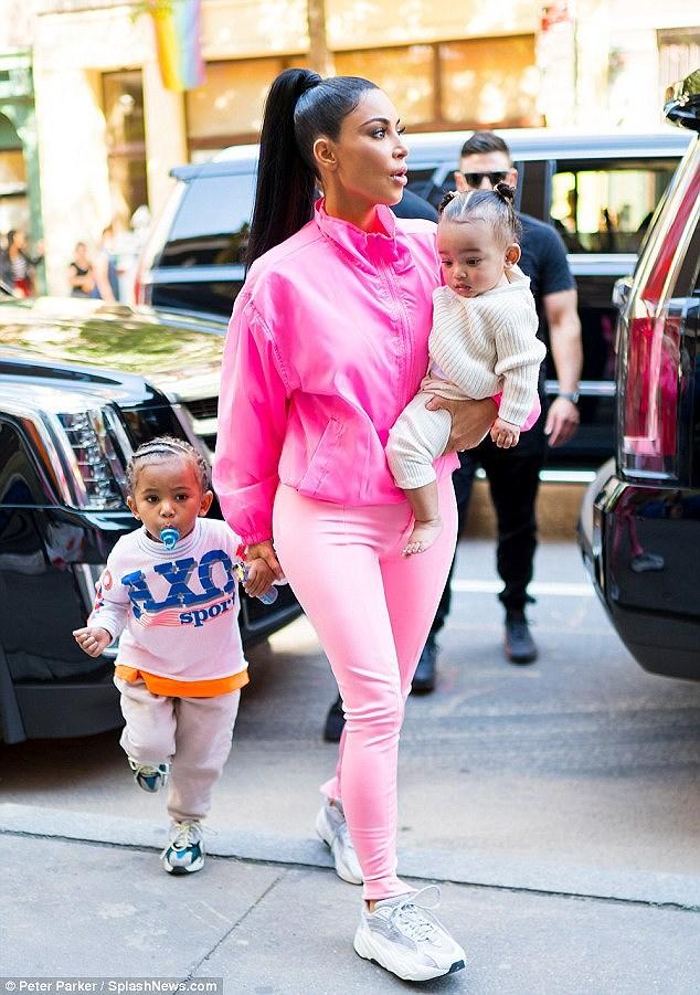 Kim Kardashian diện set đồ hồng sành điệu, vui vẻ dẫn các con đi dạo phố Ảnh 2