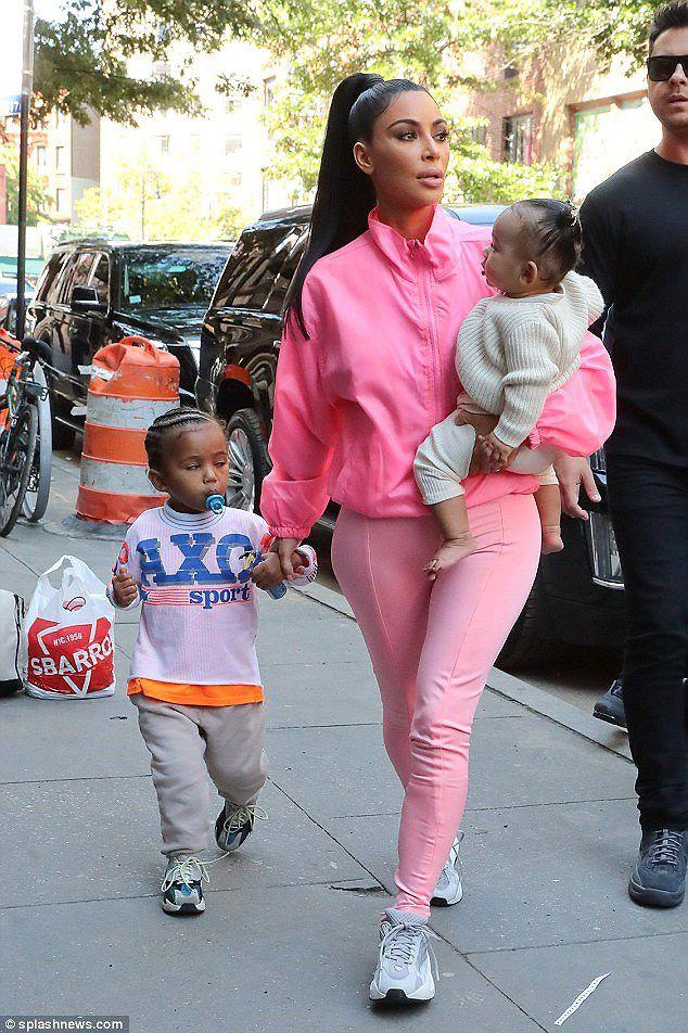 Kim Kardashian diện set đồ hồng sành điệu, vui vẻ dẫn các con đi dạo phố Ảnh 3