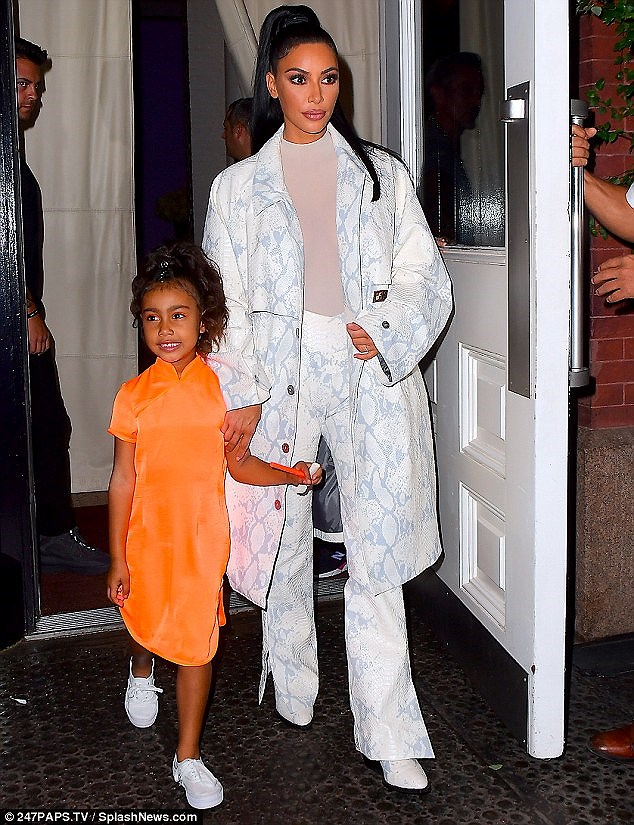 Kim Kardashian diện set đồ hồng sành điệu, vui vẻ dẫn các con đi dạo phố Ảnh 6