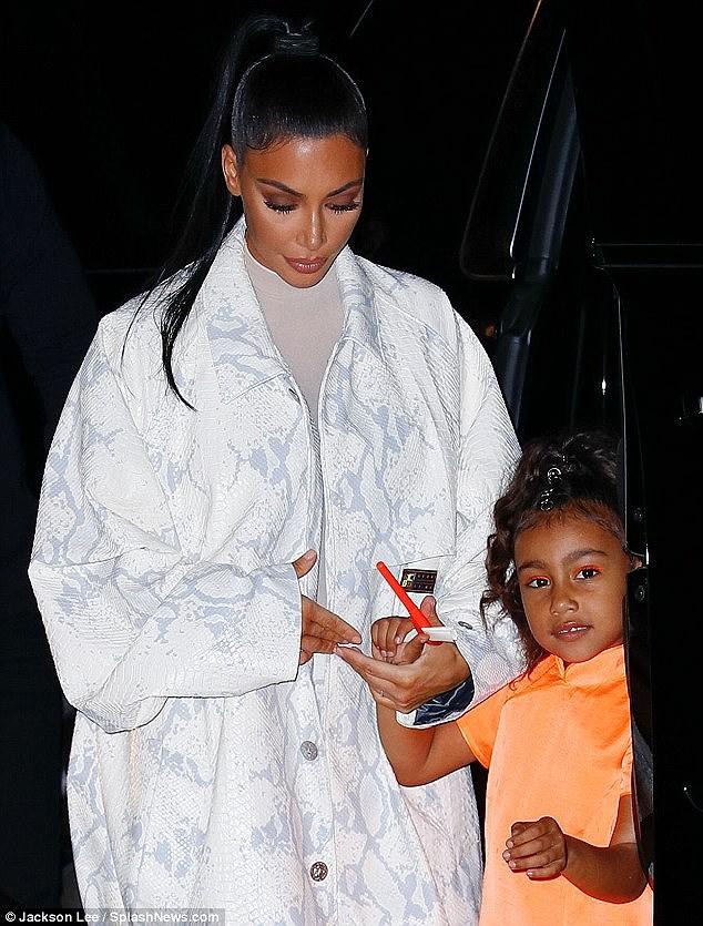 Kim Kardashian diện set đồ hồng sành điệu, vui vẻ dẫn các con đi dạo phố Ảnh 9